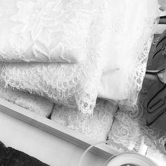 Bastidores Tullier: O processo de construção de cada vestido de noiva Tullier envolve muito amor, sonho, tempo, conversas, atenção, individualidade, realização, busca pela excelência. Rendas, tules, sedas, pedrarias, bordados, costura e acamento de alta qualidade para alcançar a perfeição que toda noiva merece.