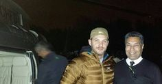 https://www.instagram.com/p/BMqgopYAWlG/?taken-by=ebghelicopters foto di ieri 10/11/2016 Tom Hardy, top guy still giving time for photos and autographs after a 19 hour day. Took him to work by helicopter, departing London at 07.00 returned at 01.30 the following day. Thanks to @charter_a for the job. #tomhardy
