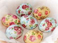 rose patterned easter eggs, in pale blue and pale yellow, made with decoupage techniques, placed on a white napkin Easter Gift, Easter Crafts, Easter Bunny, Easter Eggs, Easter Puzzles, Decoupage, Egg Tree, Diy Ostern, Egg Decorating