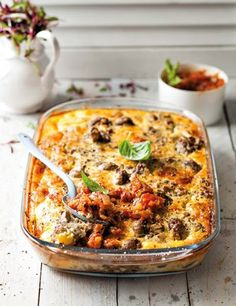 Maalvleis-en-kaas-quiche met tamatie-en-uiesous | SARIE | Beef with cheese #quiche with tomato and onion sauce