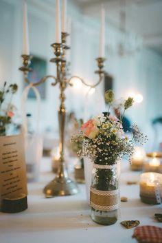 Eine wundervolle Tischdekoration, perfekt für eine Hochzeit im Vintagestil. Der kleine wie zarte Blumenstrauß, liebevoll angerichtet, aus einer Kombination von altrosafarbenen Rosen und weißen Gänseblümchen, ist trotz seiner Größe ein absoluter Hingucker auf dem Tisch. Das Spitzenband um die Vase herum rundet das Konzept nochmal ab. ____ Fotografie: Jan Schiffer  #hochzeit #braunschweig #vintage #tischdeko #rosa #grün Candle Holders, Candles, Table Decorations, Home Decor, Pink, Baroque, Wedding Photography, Getting Married, Celebration