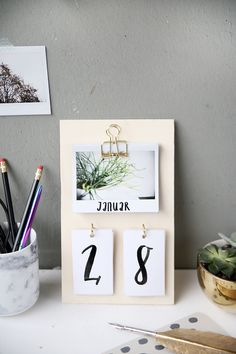 Creative DIY idea to make your own: DIY calendars made of plywood and insta . Kreative DIY Idee zum Selbermachen: DIY Kalender basteln aus Sperrholz und Insta… Creative DIY DIY idea: DIY calendars made from plywood and instax instant pictures Diy Tumblr, Diy Décoration, Easy Diy Crafts, Diy Crafts School, Diy Crafts For Room Decor, Diy For Room, Room Decor Diy For Teens, College Crafts, Diy School