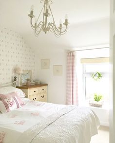How to Design a Shabby Chic Bedroom Cottage Shabby Chic, Shabby Chic Bedrooms, Guest Bedrooms, Guest Room, Country Style Bedrooms, Country Cottage Bedroom, Rustic Cottage, Girls Bedroom, Master Bedroom