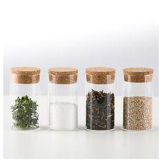 OPENMIND Krydderiglas. 4 stk. krydderiglas med kork låg.  Glassene pynter smukt i køkkenet  med diverse krydderier i. Materiale: Glas og kork Mål: H 9 cm