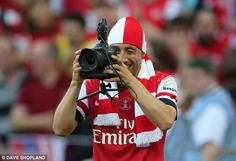 Through the looking glass: Santo Cazorla borrows Sportsmail photographer's camera at Wembl...
