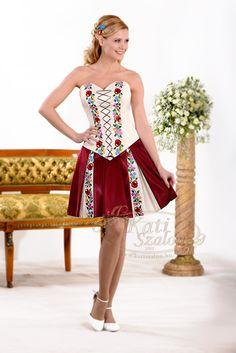 159-es kalocsai mintás menyecske ruha, a bordó rakott szoknyában a lefutó minták nagyon mutatósak