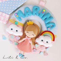 Enfeite de Maternidade Nuvens e Arco Íris Felt Crafts Dolls, Felt Dolls, Baby Room Decor, Nursery Decor, Pet Toys, Baby Toys, Felt Name, Baby Mobile, Felt Decorations