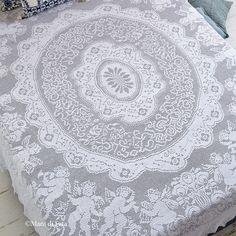 Occorrente, 53 gomitoli di cotone cablè 8 bianco e schema su carta a quadretti per realizzare il copriletto matrimoniale a uncinetto filet.