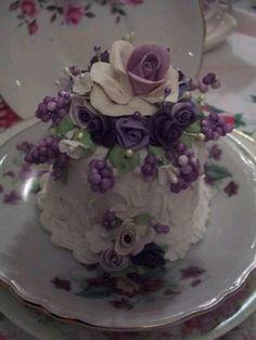 Mini purple wedding or celebration cake Gorgeous Cakes, Pretty Cakes, Cute Cakes, Amazing Cakes, Fancy Cakes, Mini Cakes, Cupcake Cakes, Foto Pastel, Fake Cake