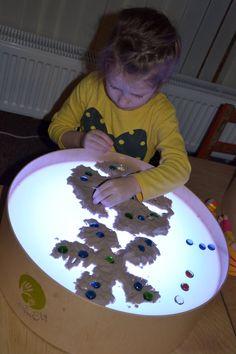 """Ar kinētiskām smiltīm veidot sniegpārslas, dekorēt tās.  Bilde no pulciņa """"Laimīgā bērnība"""" Rēzeknē."""