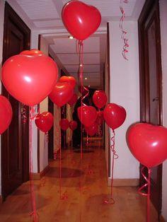 Espalhe bexigas pelos cômodos, como um caminho que seu amor deverá percorrer até o ambiente em que o presente está guardado ou no qual o jantar será servido. #baloons #bexigas #corações #hearts #diadosnamorados #valentinesday
