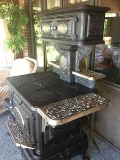 Antique stove...  @dragonflyu   Oh my Chuck, this is gorgeous.  It would go beautifully with the antique pedal-powered sewing machine I want to get.