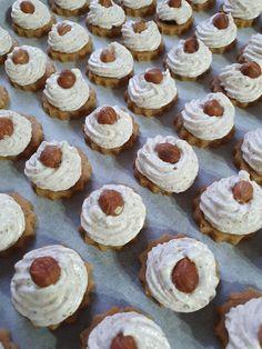 Krehké koláčiky s orechovým snehom a džemom - sikovnik.sk Cookies, Desserts, Food, Crack Crackers, Tailgate Desserts, Deserts, Biscuits, Essen, Postres