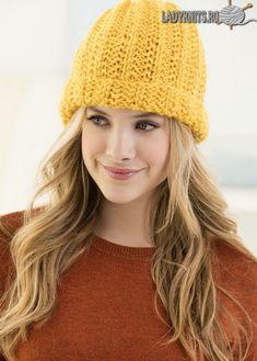 Вязаная спицами простая модная шапка из толстой пряжи