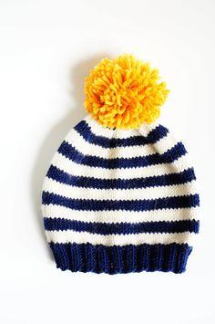 Bonnet marin rayé blanc bleu avec pompon jaune