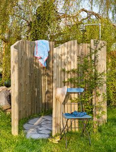 Créer une douche de jardin Step by step to create your own outdoor shower with wooden slabs and stakes. Create a garden showerwooden puzzle – created them fromDIY: Shelf in pallets Outside Showers, Garden Shower, Outdoor Bathrooms, Diy Shower, Shower Step, Diy House Projects, Outdoor Living, Outdoor Decor, Container Gardening