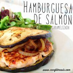 1000 Fit Meals: #65 Hamburguesa de salmón con cebolla caramelizada Ingredientes: (para una hamburguesa) -125 gr de salmón fresco -1 clara de huevo -media cebolla pequeña -un trocito de pimiento rojo -2 rodajas de berenjena grandes (opcional) -ajo en polvo -limón -vinagre de módena -edulcorante liquido