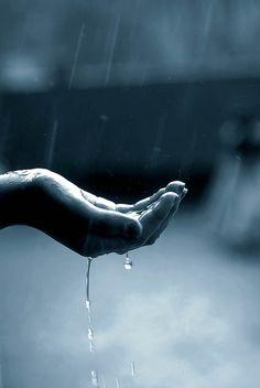Pluie au creux de ma main qui s'échappe doucement entre mes doigts tout comme les jours, les mois, les années...