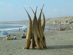 Caballitos de totora, en Huanchaco, Perú. By Allard Schmidt, 2005.
