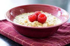Quoi manger: Du gruau avec des fruits riches en fibres et de l'eau chaude citronnée. Le but est ici ... - Sélection du Reader's Digest