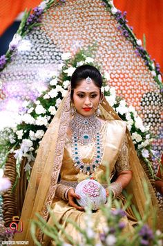 Elegant Bride in Pallaki with designer kobbari bondam in hand Indian Bridal Fashion, Indian Wedding Jewelry, Bridal Jewelry, Wedding Saree Collection, Bridal Collection, Saree Wedding, Wedding Bride, Bridal Sarees, Bridal Outfits