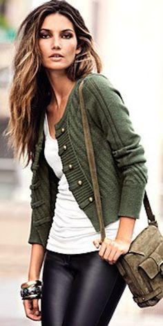 Calça de couro e casaqueto verde - #lookbuttertoffees
