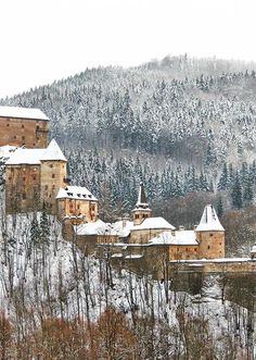 Here's a magnificent beauty that you should not miss in Eastern Europe: the towering Orava Castle in Oravsky Podzamok, Slovakia. The Beautiful Country, Eastern Europe, Solo Travel, Cool Places To Visit, Trip Planning, Traveling By Yourself, Travel Inspiration, Castle, Around The Worlds