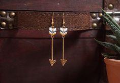 Boucles d'oreilles miyuki motif flèche - Gris anthracite / Blanc crème / Orange / Camel / Doré - Style Bohème / Boho : Boucles d'oreille par beads-and-coconut