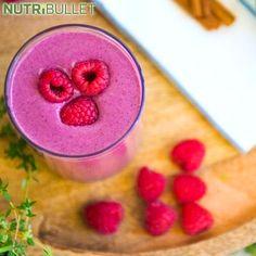 Czy kiedykolwiek natknąłeś się na owoc wyglądający jak smocze łuski? Jeśli tak to miałeś do czynienia z owocem zwanym Pitaja :) Wewnątrz tej pięknej skórki znajdują się wszystkie składniki odżywcze, których pragnie Twój układ odpornościowy ;) Pitaja jest bogatym źródłem przeciwutleniaczy, witaminy C i błonnika :)  Składniki:  - 1 szklanka szpinaku - ½ szklanki owocu pitaja - 1 banan - ½ szklanki malin - 1 daktyl - 1½ szklanki mleka migdałowego - 1 szczypta cynamonu  #dragon #strength