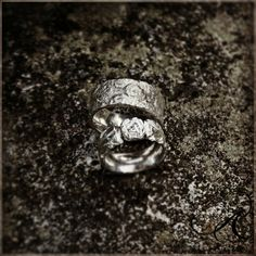 FORTUNA & FREJ, två rustika, vackra och speciella silverringar. Design & arbete av konstnär och silverdesigner  Anneli & Kenneth Lindström, Alv Design. Välkommen att se mer av våra handgjorda silverringar och silversmycken i webbutiken www.alvdesign.se