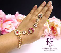 Bridal Jewelry Sets Kundan Necklaces 64 Ideas For 2019 Pakistani Bridal Jewelry, Indian Bridal Jewelry Sets, Wedding Jewelry, Bridal Accessories, Rajputi Jewellery, Bridal Necklace Set, Hand Jewelry, Body Jewellery, Diamond Jewellery