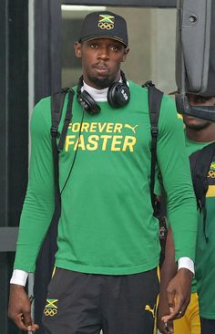 Jamaica's Usain Bolt leaves his hotel to attend a training session in Rio de Janiero on August 3 ahead of the Rio 2016 Olympic Games / AFP / Ari. Rio Olympics 2016, Summer Olympics, Usain Bolt Photos, Jamaica Culture, Shelly Ann, Rio 2016 Pictures, American Sports, How To Wear Scarves, Rio De Janeiro