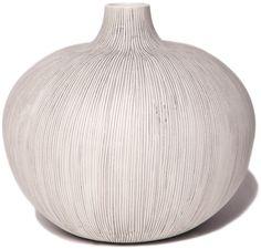 Grå keramikvas från Lindform. Inspirationen kommer från den nordiska naturen med sina organiska toner och enkla former. Design, modeller och färger är valda för att ge harmoni och blickfång till rummet. I kollektionenåterfinns äveninfluenser från det japanska minimalistiska formspråket, en stil som gifter sig väl med den nordiska designen. Mått: Ca 18 cm hög, bredd …