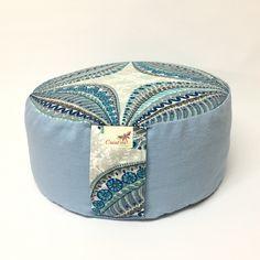 Coussin de meditation, Zafu  bleu poudre,coussin rond, en vente a la Boutique creationhelga.ca Captain Hat, Boutique, Hats, Dusty Blue, Throw Pillows, Hat, Boutiques