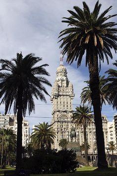 Palacio Salvo, Montevideo. La cornaline provient principalement du Brésil, de l'Inde et de l'Uruguay. Attention aux cornalines teintées lors de l'achat. Sa couleur rouge-orangé, dépendant de l'épaisseur de la pierre, doit être unie.