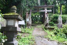 飯山市の小菅神社奥社です。-Kosuge Jinja Okusha (Iiyama City,Nagano) -小菅神社はもともと修験者の道場として小菅元隆寺というお寺だったそうです。明治以降、神社という名称に変わりましたが、里宮や付近の様子も当時の面影があります。 修験者の道場だったというだけあって、里宮から山道を30分くらい登ったところの岩壁に埋め込まれるように建てられています。