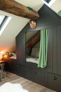 TOUCH this image: Dans la chambre d'Arsène, cabane conçue sur-mesure par sa... by The Socialite Family