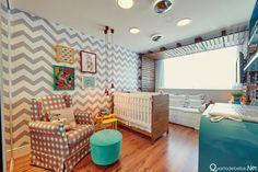 Quarto de bebê vintage azul e cinza moderninho com piso e berço de madeira e parede com detalhes em chevron