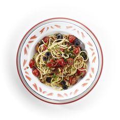 Kook 400 gram spaghetti met zout beetgaar. Verhit 3 eetlepels olijfolie en bak hierin 25 gram walnoten, gehakt, en 2 eetlepels pijnboompitten 2-3 minuten. Voeg 200 gram cherry-/kerstomaatjes, gehalveerd, en 1 theelepel gedroogde oregano toe en stoof tot de tomaatjes zacht zijn. Voeg 2 eetlepels gehakte (platte) peterselie en 12 pitloze zwarte olijven (zie ook pag. 121), in plakjes, toe en breng op smaak met zout. Schep de uitgelekte pasta, met eventueel enkele eetlepels kookvocht, door de…