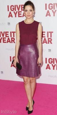 Rose Byrne, I Give It A Year filminin Sidney galasına Jill Stuart tasarımı deri etek ve bordo tonlarda bluzla katıldı.