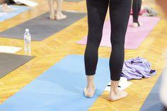 Jij voelt je wel aangetrokken tot yoga, maar bent zo stijf als een hark of hebt het evenwichtsgevoel van een peuter die zijn eerste stapjes zet? Dit zijn vijf oefeningen waarmee werkelijk iedereen gemakkelijk met yoga kan beginnen.