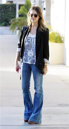 Jessica Alba con pantalón de camapana vaquero El inevitable regreso de los pantalones de campana Blazer negra, camiseta estampada y jeans de campana, el look de Jessica Alba (FOTO: CORDON PRESS).
