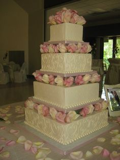 Love this cake!  Want to make it for a Wedding!