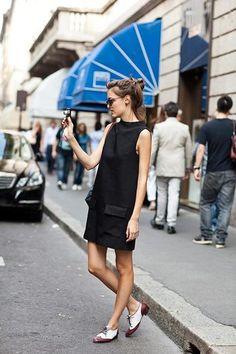 ボートネックスタイルや大きめポケットなど、デザイン性の高いドレスはシンプルに1枚で。足元にオックスフォードシューズを合わせることで'きちんと感'がプラスされています。フェミニン×マスキュリンのバランスが素敵。