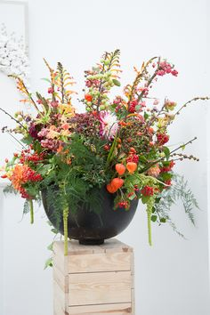 Berries and Chinese lanterns Shabby Chic Flowers, Happy Flowers, Fall Flowers, Summer Flowers, Fresh Flowers, Silk Floral Arrangements, Vase Arrangements, Beautiful Flower Arrangements, Ikebana