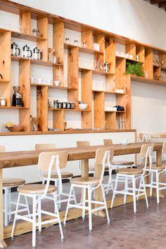 een kast als dit maakt een ruimte al zoveel warmer! je kunt 'm ook nog muurvullend maken, en vol zetten met plantjes, lijstjes, en dingen die we of gebruiken in gerechten of verkopen.