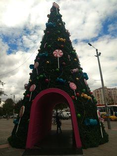 Árbol navideño del centro comercial  Floresta, en Bogotá Christmas Tree, Holiday Decor, Home Decor, Shopping Mall, Colombia, Homemade Home Decor, Xmas Tree, Xmas Trees, Decoration Home