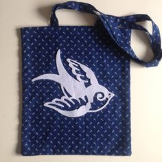 Tote bag hirondelle par Seasonfall sur Etsy #swallow #sealife #totebag #tattoo #tatuagem #tatuaje #tatouage #oldschool #anchor #swallowtattoo #traditionaltattoo