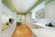 szín a polcok fölött, szép zöld:)