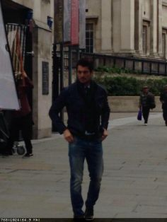 """Фото из твиттера LawlerRach (02.04.2014г)  подпись: Just bumped David Gandy at Trafalgar Square. Keep it casual.  """"Только что натолкнулась на Дэвида Ганди на Трафальгарской площади.Оставайся таким же."""""""